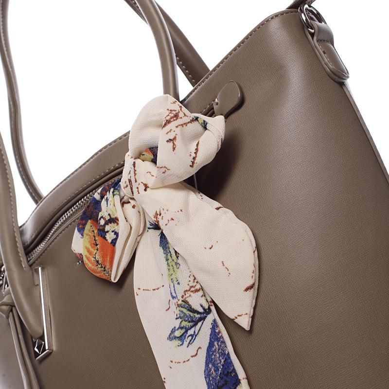 Kromě šátku můžete na kabelku připnout taky všelijaké ozdoby. Jistě  seženete šperky primárně určené na vyzdobení kabelky b7baa009f3